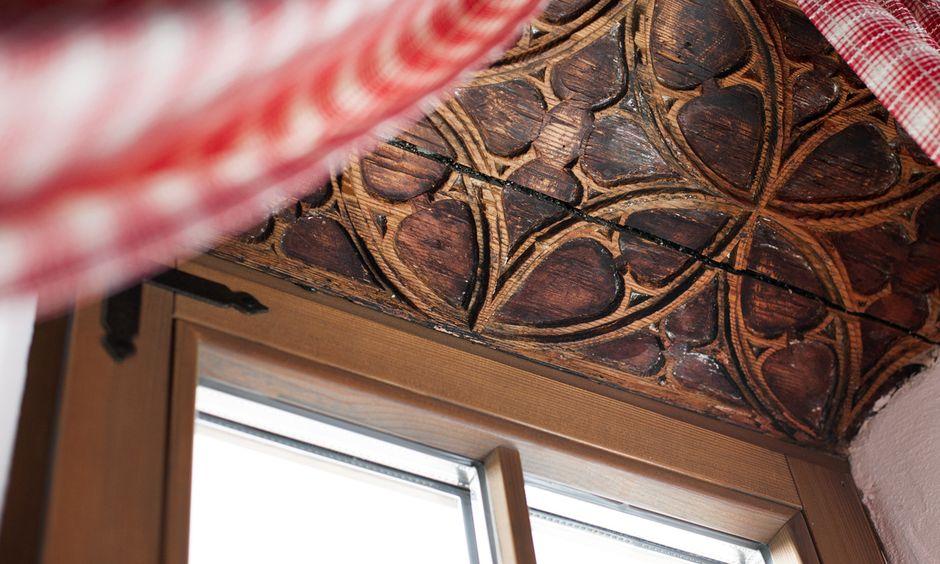 Alte Schnitzerei im roten Schlafzimmer